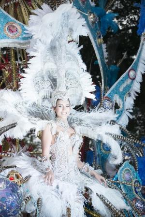 Karnevals-Schönheit in Silber und Blau