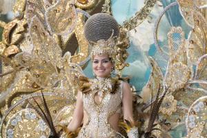 Karnevals-Schönheit in Gold